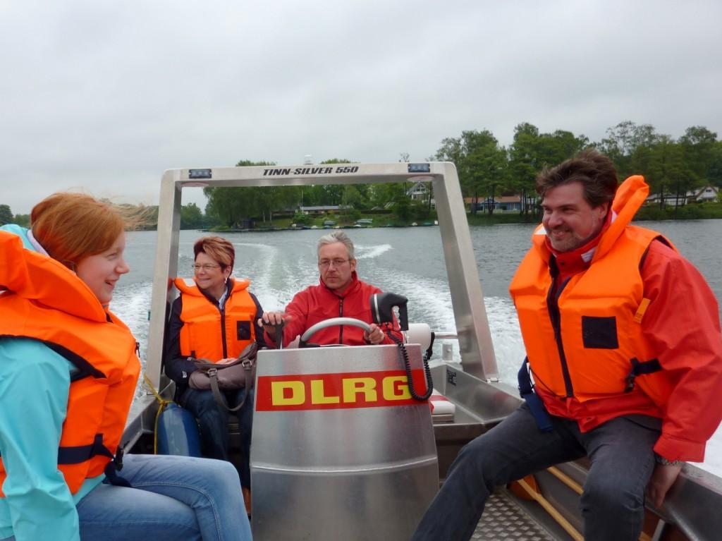 Bundestagskandidat Michael Thews und Selmer SPD in einem (DLRG) Boot