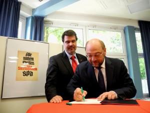 Der Präsident des Europäischen Parlamentes Martin Schulz trägt sich auf Bitte vom Lüner SPD-Stadtverbandsvorsitzenden Michael Thews in das Gäst