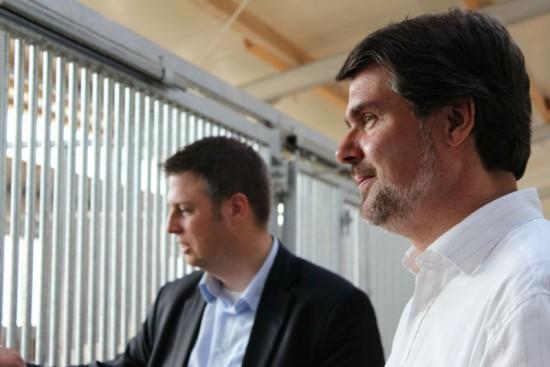 Michael Thews und Dennis Kocker bei der Reitanlage des Reit- und Fahrvereins