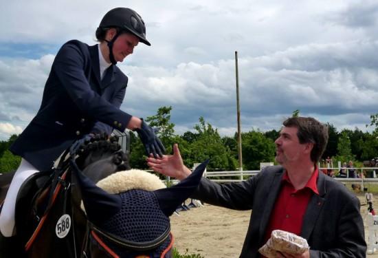 Michael Thews gratuliert der Gewinnerin.