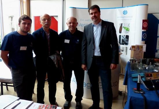 Michael Thews und Martin Weiberg mit Mitarbeitern der Ardagh Group