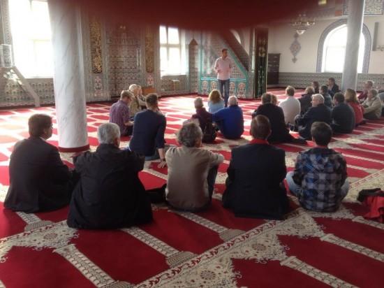 Interessante Fragen zu religiösen Fragen werden hier beantwortet. Viele Besucher bei der Selimiye Moschee nutzen die Möglichkeit sich zu informieren.