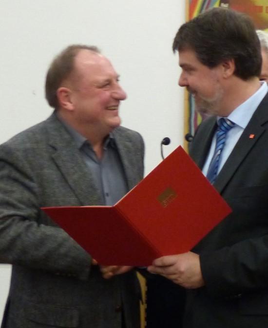 Übergabe der Urkunde, Pfarrer Ulrich Klink (links) und Michael Thews