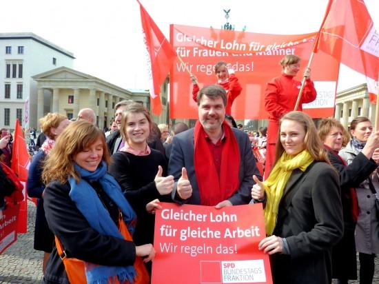 """Auch die Mitarbeiterinnen von Michael Thews in Berlin sind beim """"Equal-Pay-Day"""" mit dabei"""