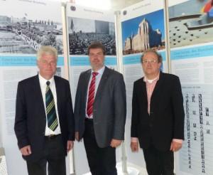 v.l.n.r.: Bürgermeister H. W. Stodollick, Bundestagsabgeordneter Michael Thews, Rektor der Geschwister-Scholl-Gesamtschule H. Behrens