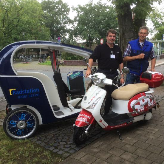 Vor der Radstation Werne: Michael Thews MdB und Klaus Erhardt, Zweiradmechaniker und Betriebsleiter einer Einrichtung des Evangelischen Perthes-Werkes