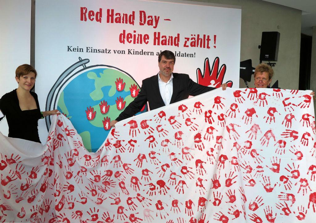 drei Personen red hand bearbeitet