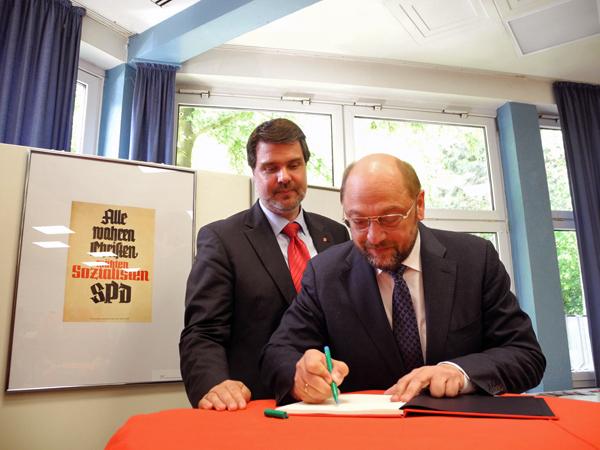 WEB Der Präsident des Europäischen Parlamentes Martin Schulz trägt sich auf Bitte vom Lüner SPD-Stadtverbandsvorsitzenden Michael Thews in das Gäste