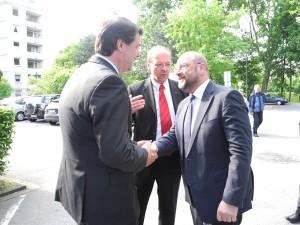 WEB Der Präsident des Europäischen Parlaments Martin Schulz (rechts) wurde durch Lünens SPD-Stadtverbandsvorsitzenden Michael Thews (links) freundsc